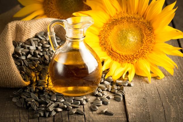 Nahaufnahmefoto des sonnenblumenöls mit samen