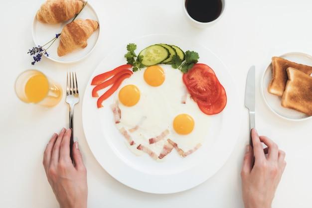 Nahaufnahmefoto eines omeletts. draufsicht auf das frühstück.