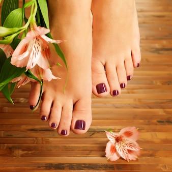 Nahaufnahmefoto eines weiblichen fußes am spa-salon auf pediküreverfahren - weichzeichnerbild