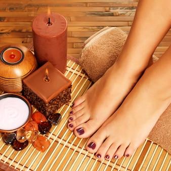 Nahaufnahmefoto eines weiblichen fußes am spa-salon auf pediküreverfahren.