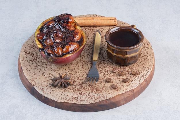 Nahaufnahmefoto süßes schokoladendessert mit tasse kaffee auf holzbrett.