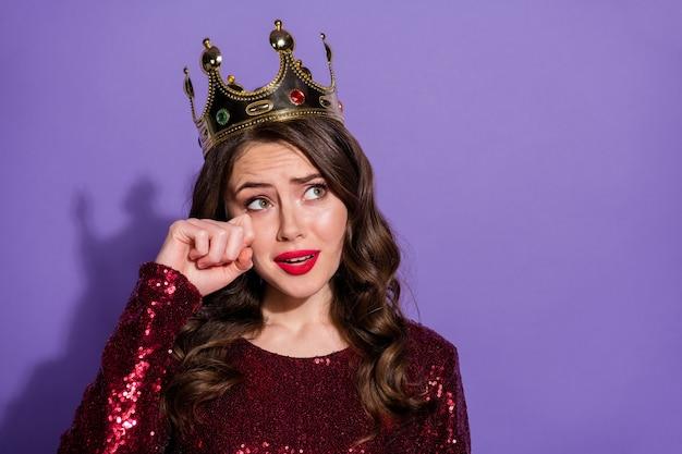 Nahaufnahmefoto von attraktiven berührten gefühlen lady party prom queen nominierung