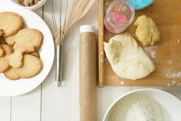 Nahaufnahmefoto von frisch gebackenem kochen neben küchenutensilien auf weißem hintergrund