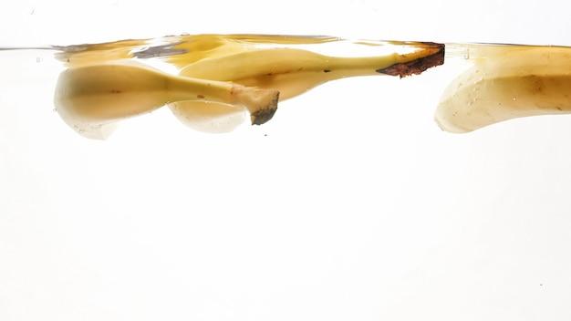 Nahaufnahmefoto von frischen reifen früchten, die in wasser fallen
