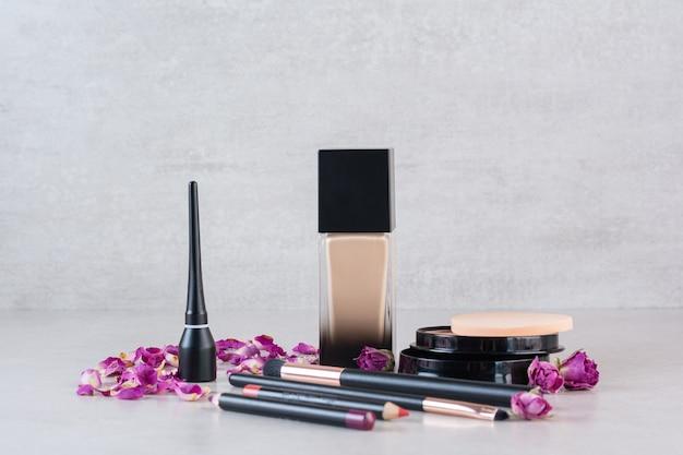 Nahaufnahmefoto von make-up-produkten auf grau.