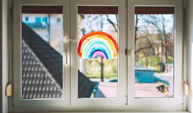 Nahaufnahmefoto von malerei regenbogen auf fenster
