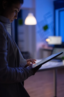 Nahaufnahmefoto von managerfrauenhänden, die auf tablette schreiben