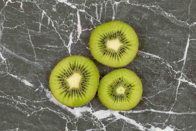 Nahaufnahmefoto von organischen kiwischnitten.