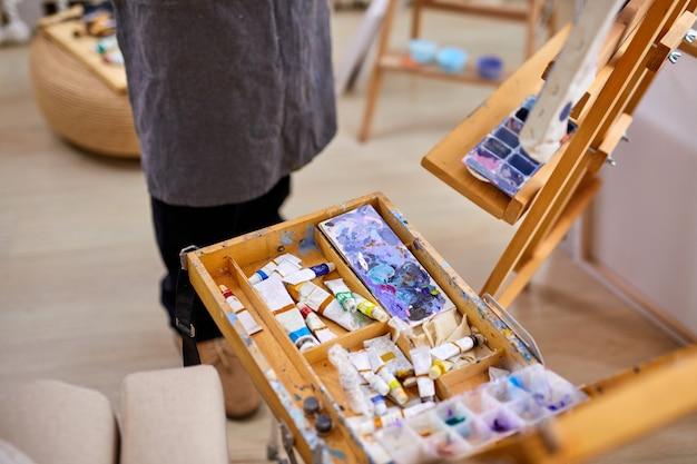 Nahaufnahmefoto von verschiedenen materialien und werkzeugen für malerei, zeichnung, kunst, handwerkskonzept