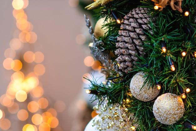 Nahaufnahmefoto. weihnachtsschmuck und lichter.