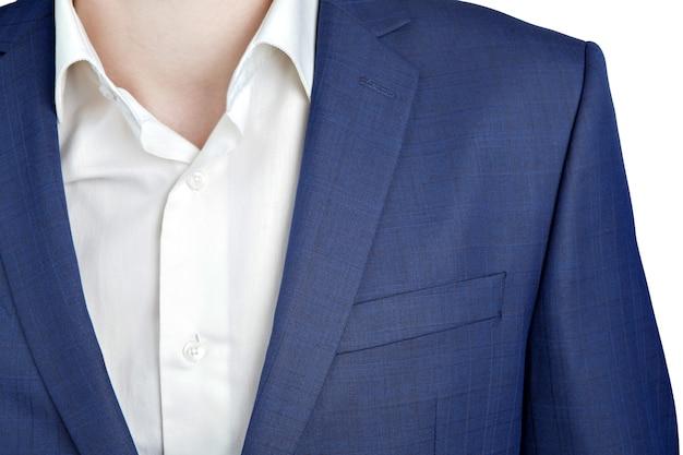 Nahaufnahmefragment des dunkelblauen schulteranzugs auf abschlussballnacht für männer, lokalisiert auf weißem hintergrund.