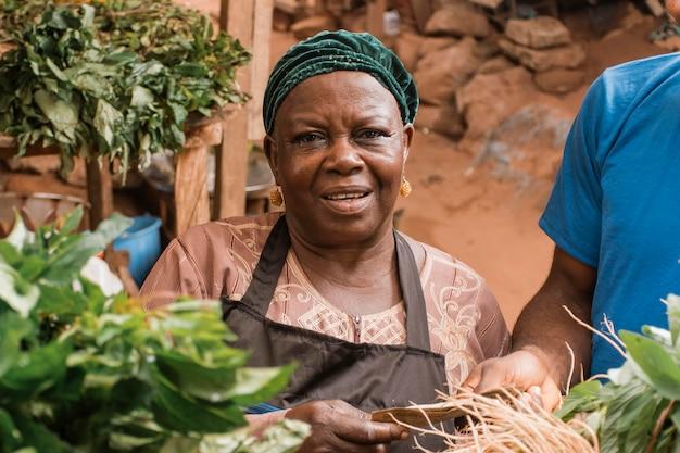 Nahaufnahmefrau am markt