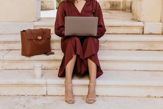 Nahaufnahmefrau, die am laptop arbeitet