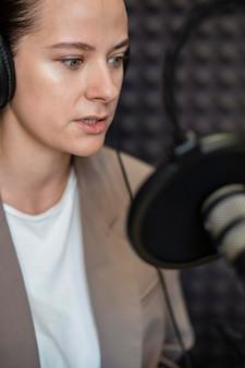 Nahaufnahmefrau, die am radio spricht