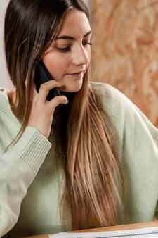 Nahaufnahmefrau, die am telefon spricht