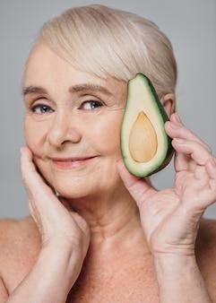 Nahaufnahmefrau, die avocado hält