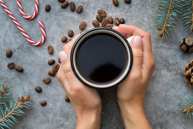 Nahaufnahmefrau, die einen tasse kaffee hält