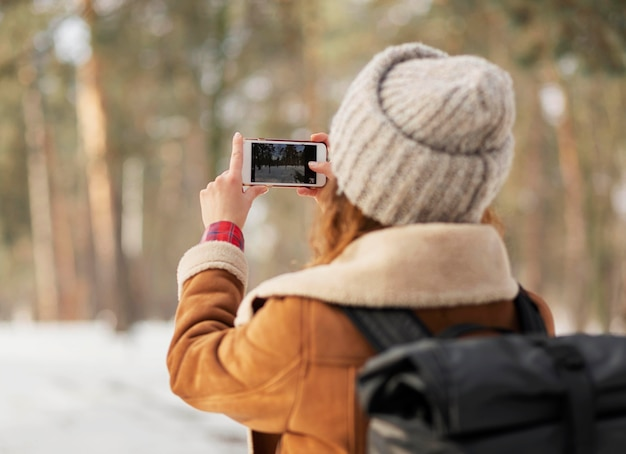 Nahaufnahmefrau, die fotos macht Kostenlose Fotos