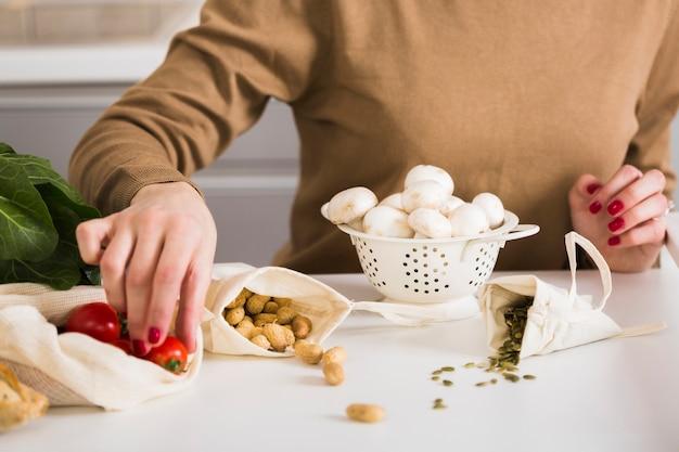 Nahaufnahmefrau, die hausgemachtes essen vorbereitet