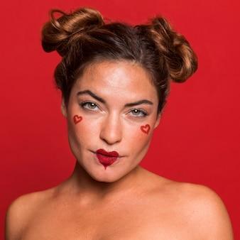 Nahaufnahmefrau, die herzförmigen lippenstift trägt
