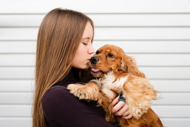 Nahaufnahmefrau, die ihren besten freund küsst