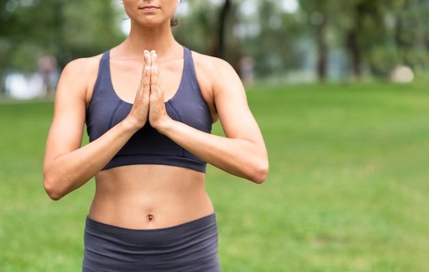 Nahaufnahmefrau, die in der natur meditiert