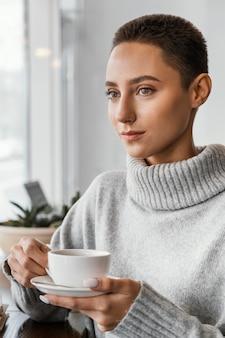 Nahaufnahmefrau, die kaffeetasse hält