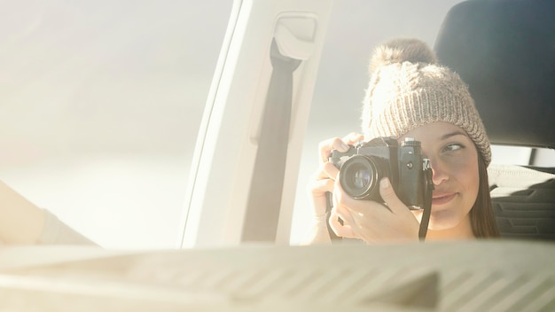 Nahaufnahmefrau, die kamera hält