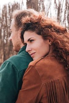 Nahaufnahmefrau, die mann umarmt