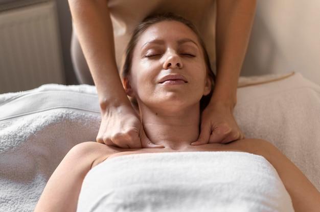 Nahaufnahmefrau, die massage erfährt