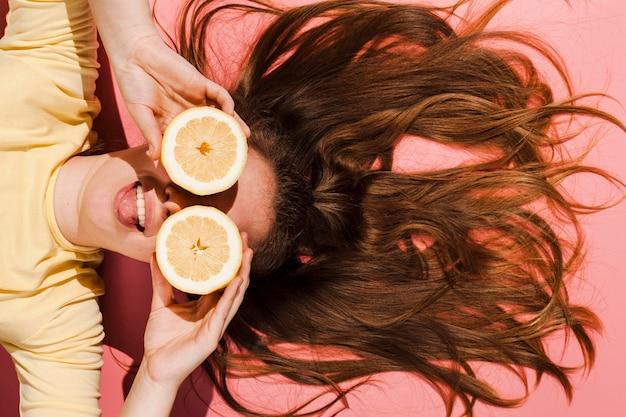 Nahaufnahmefrau, die mit orange aufwirft