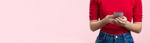 Nahaufnahmefrau, die mobile verwendet