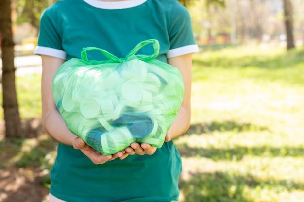 Nahaufnahmefrau, die plastiktüte hält