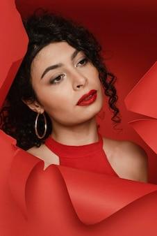 Nahaufnahmefrau, die roten lippenstift trägt