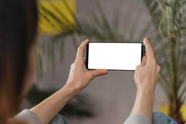 Nahaufnahmefrau, die smartphone hält