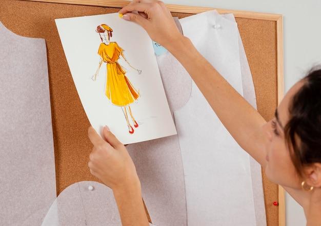 Nahaufnahmefrau, die zeichnung hält
