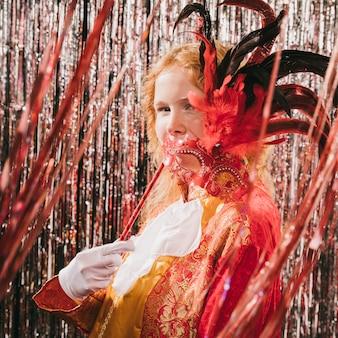 Nahaufnahmefrau kostümiert an der karnevalsparty