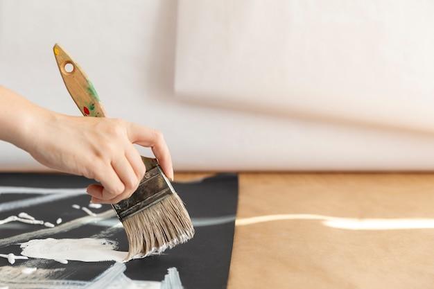Nahaufnahmefrau mit bürstenmalerei