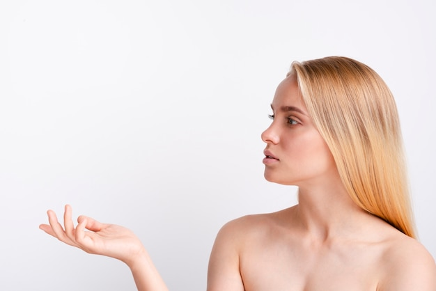Nahaufnahmefrau mit dem blonden haar, das weg schaut