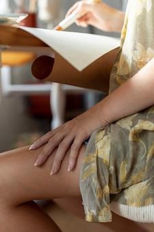 Nahaufnahmefrau mit der hand auf ihrem bein