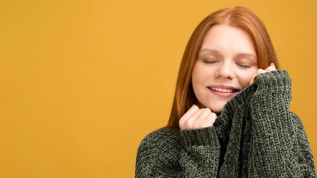 Nahaufnahmefrau mit gelbem hintergrund