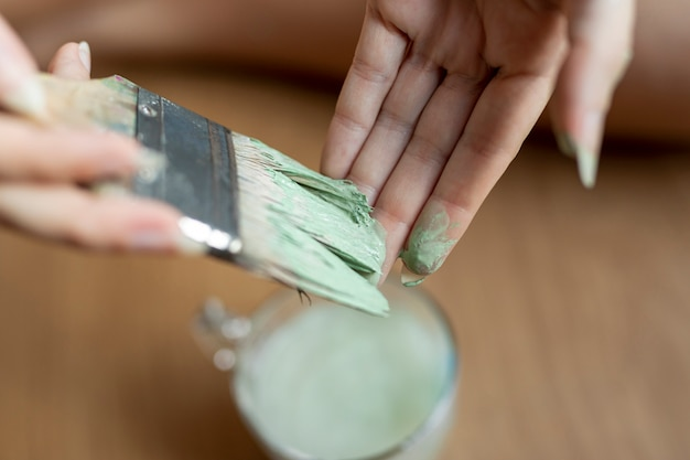 Nahaufnahmefrau mit grüner farbe