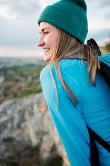 Nahaufnahmefrau mit mütze, die reisen genießt
