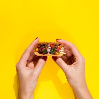 Nahaufnahmefrau mit taco und kopieraum