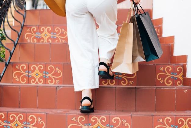 Nahaufnahmefrau, welche die treppe klettert