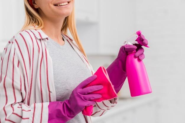 Nahaufnahmefrauen-reinigungshaus