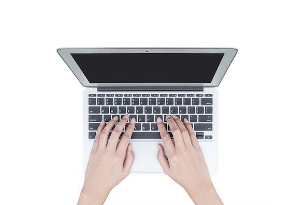Nahaufnahmefrauenhand, die auf tastatur am notizbuch lokalisiert auf weißem hintergrund schreibt