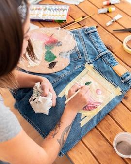 Nahaufnahmefrauenmalerei auf tasche