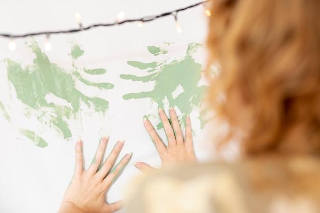 Nahaufnahmefrauenmalerei mit ihren händen