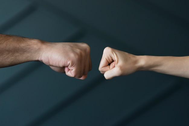 Nahaufnahmefreunde bereit, fäuste zu berühren